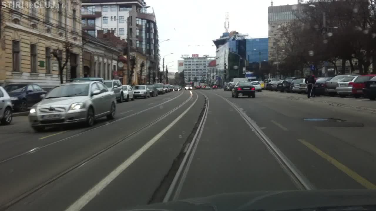 Apar crapaturile in asfaltul de langa linia de tramvai, de pe strada Baritiu FOTO