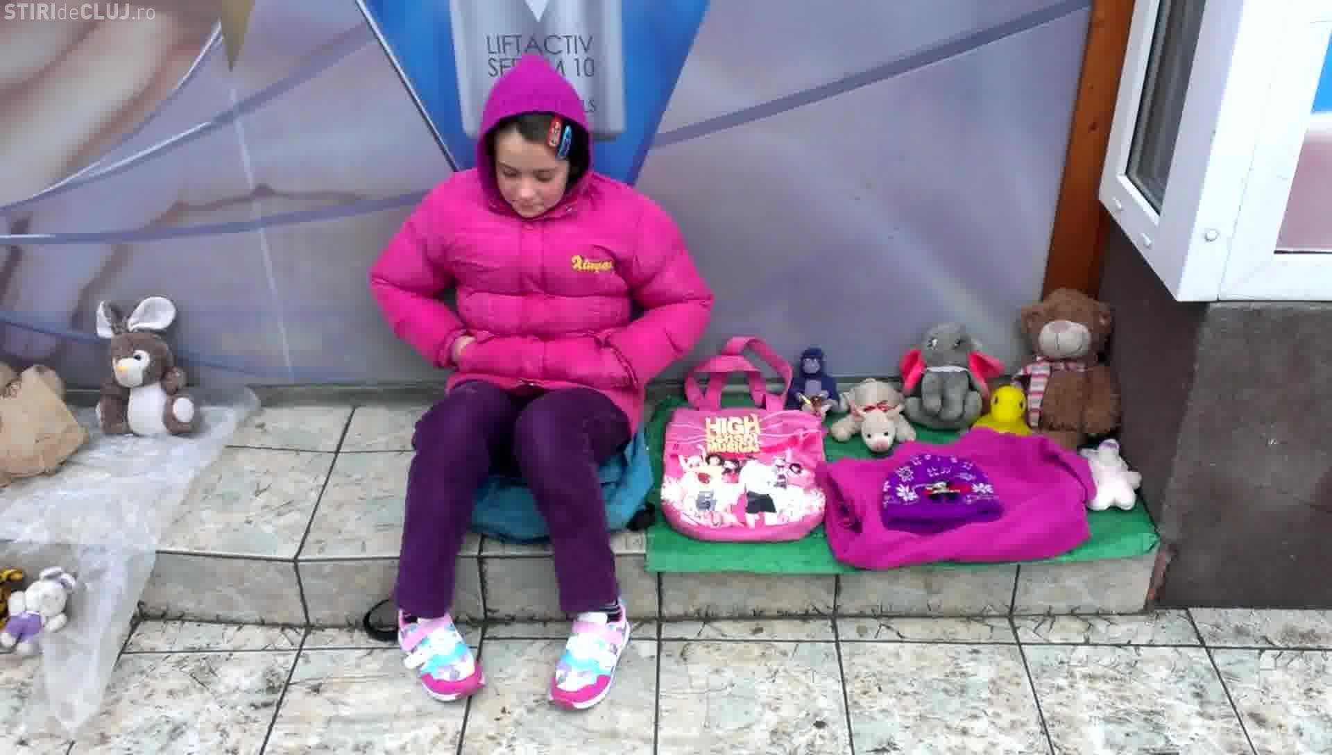 Doi copii din Cluj își vând jucăriile în stradă pentru a merge în EXCURSIE