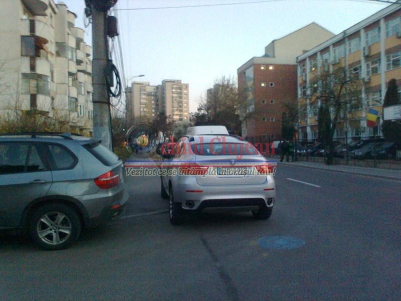 Si-a parcat BMW-u chiar pe trotuar, pe strada Taberei din Manastur