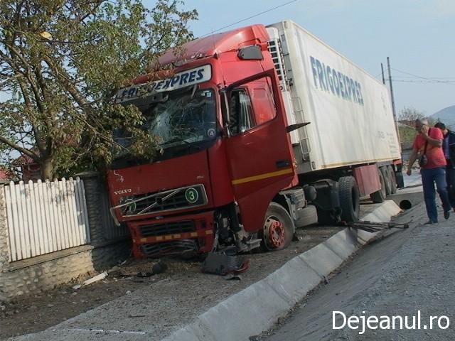 Accident pe DN1C in localitatea Urisor! TIR scapat de sub control.A rupt un gard si s-a oprit intr-un stalp FOTO