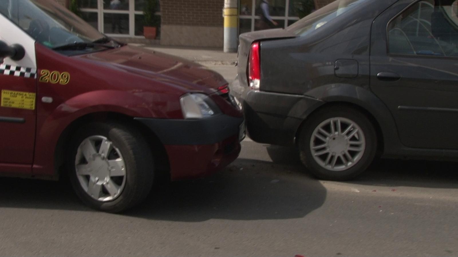 Accident pe Calea Dorobantilor! Un taxi a lovit o masina sub ochii politistilor FOTO-VIDEO