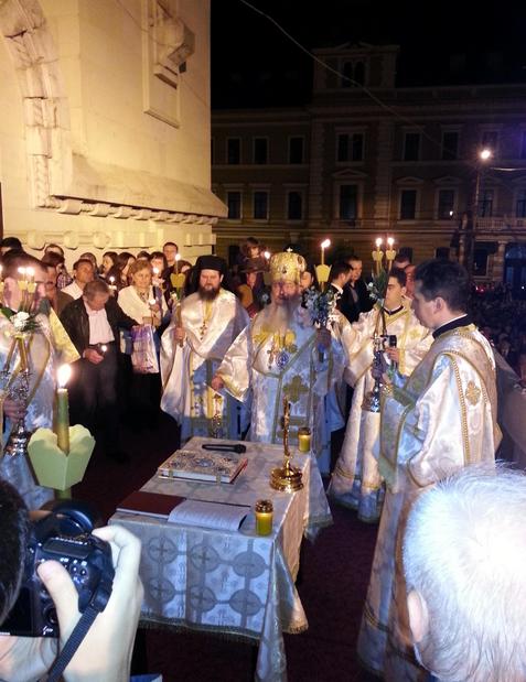 Mii de clujeni la Slujba de Înviere în Piaţa Avram Iancu. Uioreanu a plătit vinul din care s-au făcut Paştile – FOTO