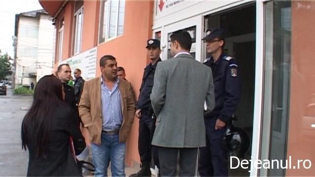 Locatarii dintr-un bloc din Gherla au fost evacuati astazi de noul proprietar FOTO-VIDEO