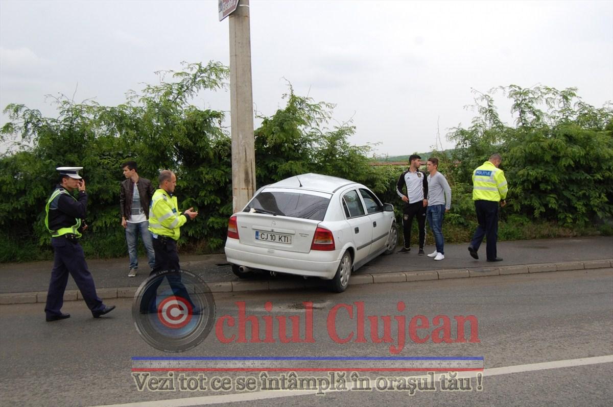 Accident de circulatie in Cluj-Napoca! Un autoturism intrat intr-un stalp pe strada Constantin Brancusi FOTO-VIDEO