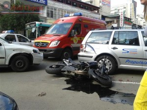 accident in manastur,un motociclist si prietena sa au fost loviti de masina (2)