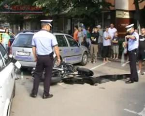 accident in manastur,un motociclist si prietena sa au fost loviti de masina (4)