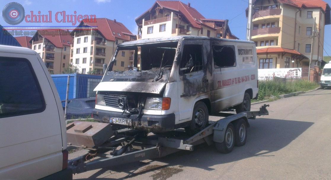 Incendiu pe strada Ciocarliei! O duba a luat foc FOTO