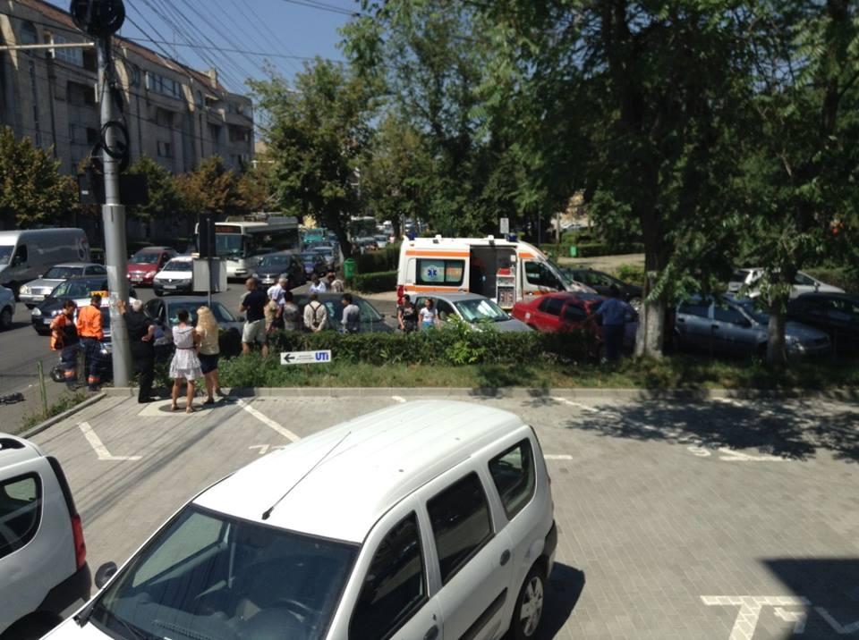 Accident intre doua autoturisme si doua persoane au fost ranite pe strada din faţa Casei Învăţătorului din Cluj-Napoca FOTO