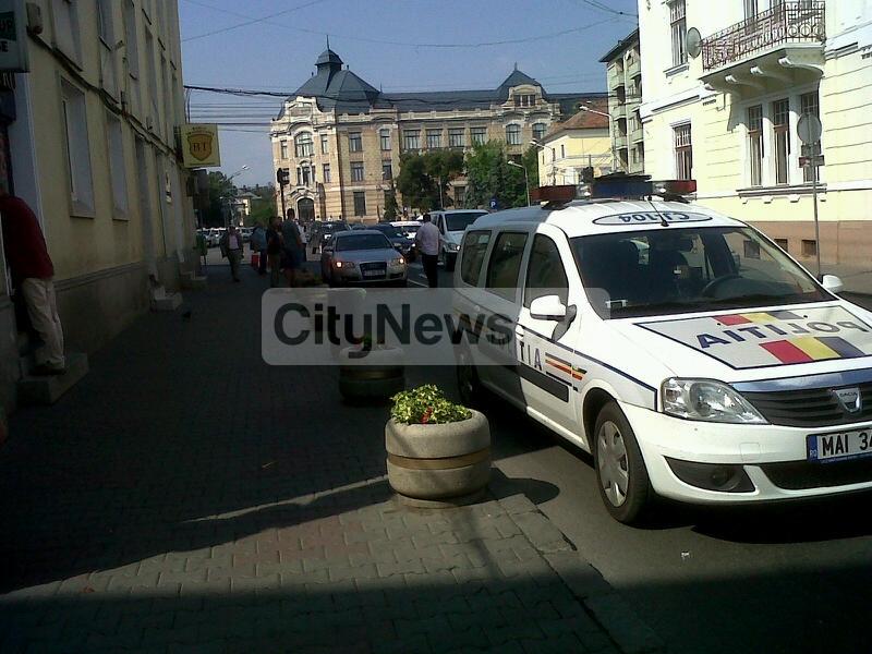 Un sofer a trecut pe rosu la semafor, si a lovit un pieton pe trecere pe strada Napoca FOTO