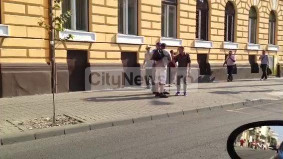Îmbrânceli şi înjurături între doi controlori RATUC şi un pasager în centrul oraşului VIDEO