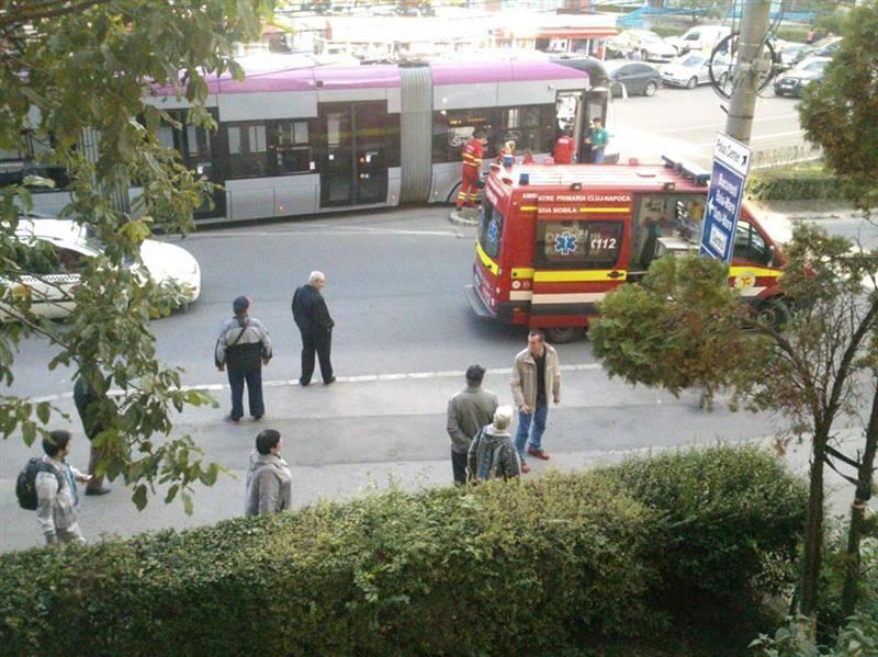 Tanara lovita de tramvai pe strada Primaverii din cartierul Manastur FOTO