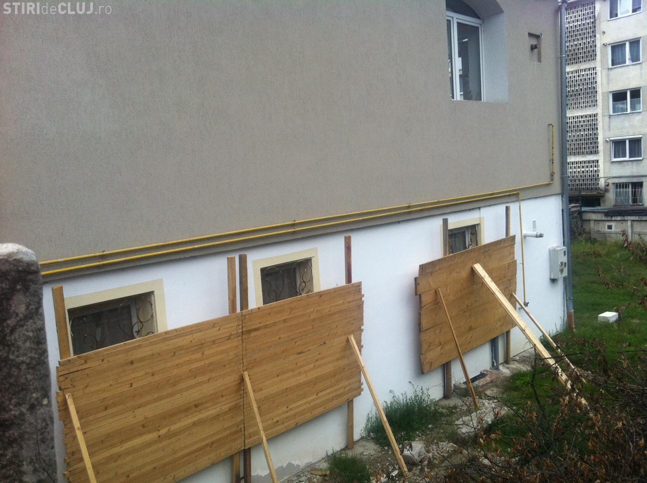 Un clujean risca sa fie inchis, dupa ce a montat panouri de lemn peste geamurile unei vecine