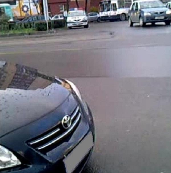 Masina de Politie parcata in sensul giratoriu de la Union din cartierul Manastur FOTO