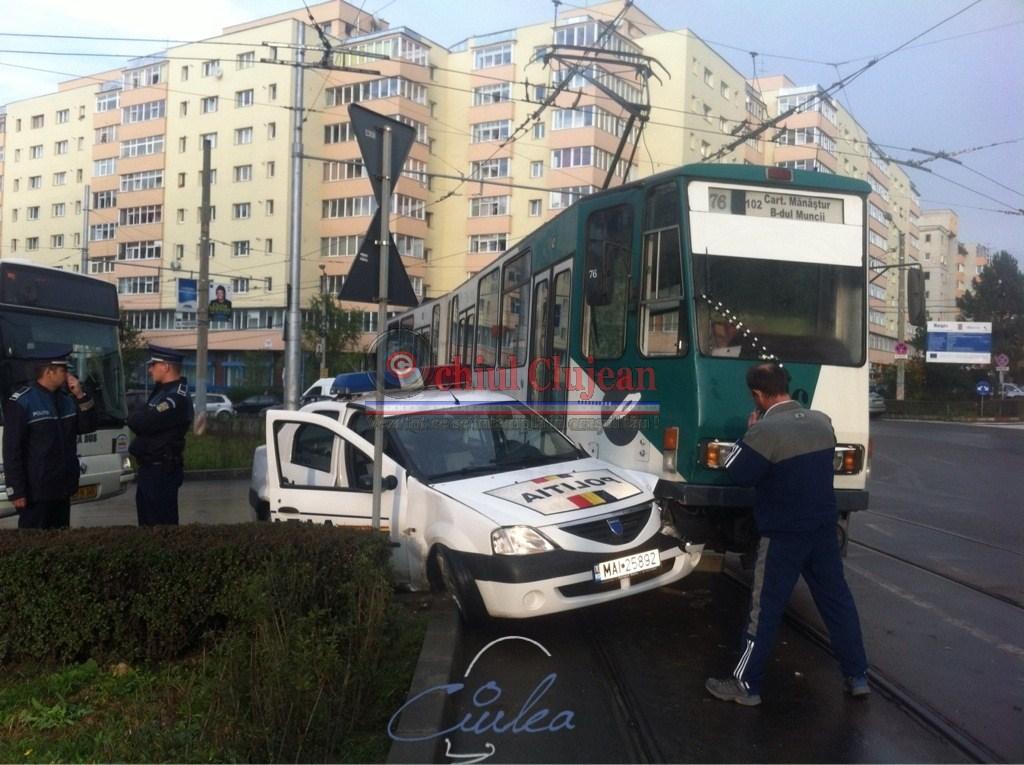 Accident in Manastur! Impact intre un tramvai si o masina a politiei pe strada Primaverii FOTO