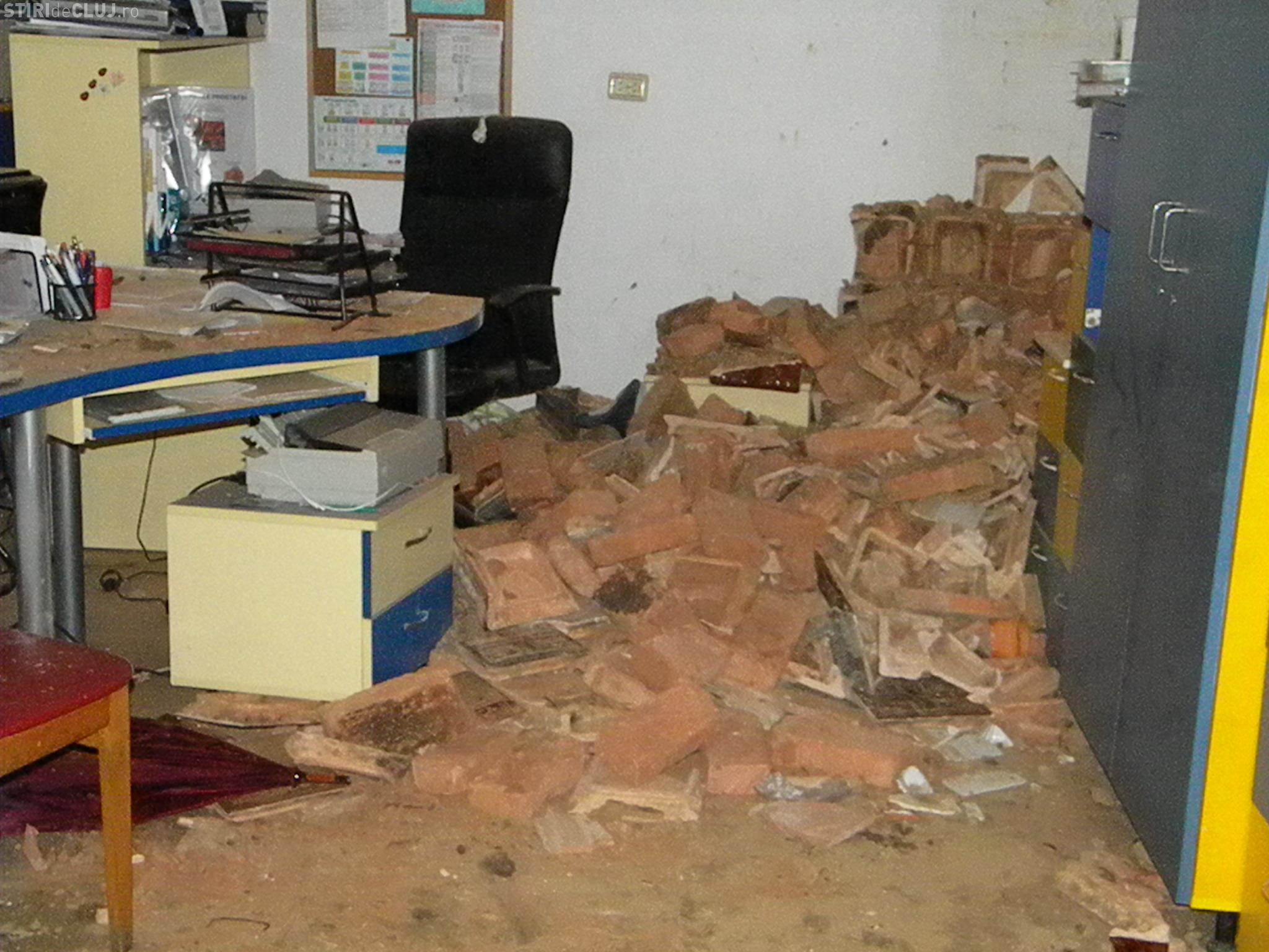 Explozie în Cluj, pe 21 Decembrie 1989. Cabinetul unui medic de familie a explodat doua persoane au fost ranite FOTO