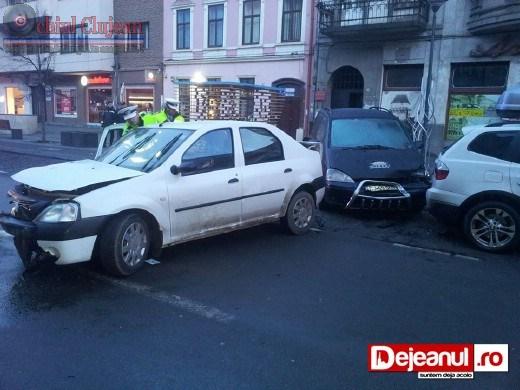 Accident in Cluj-Napoca! Un sofer de 19 ani din Dej, a distrus patru autoturisme pe strada B-dul Eroilor FOTO