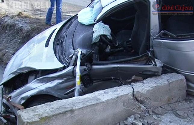 Accident GRAV langa Campia Turzii! Trei clujeni raniti, dupa ce au intrat cu masina intr-un cap de pod
