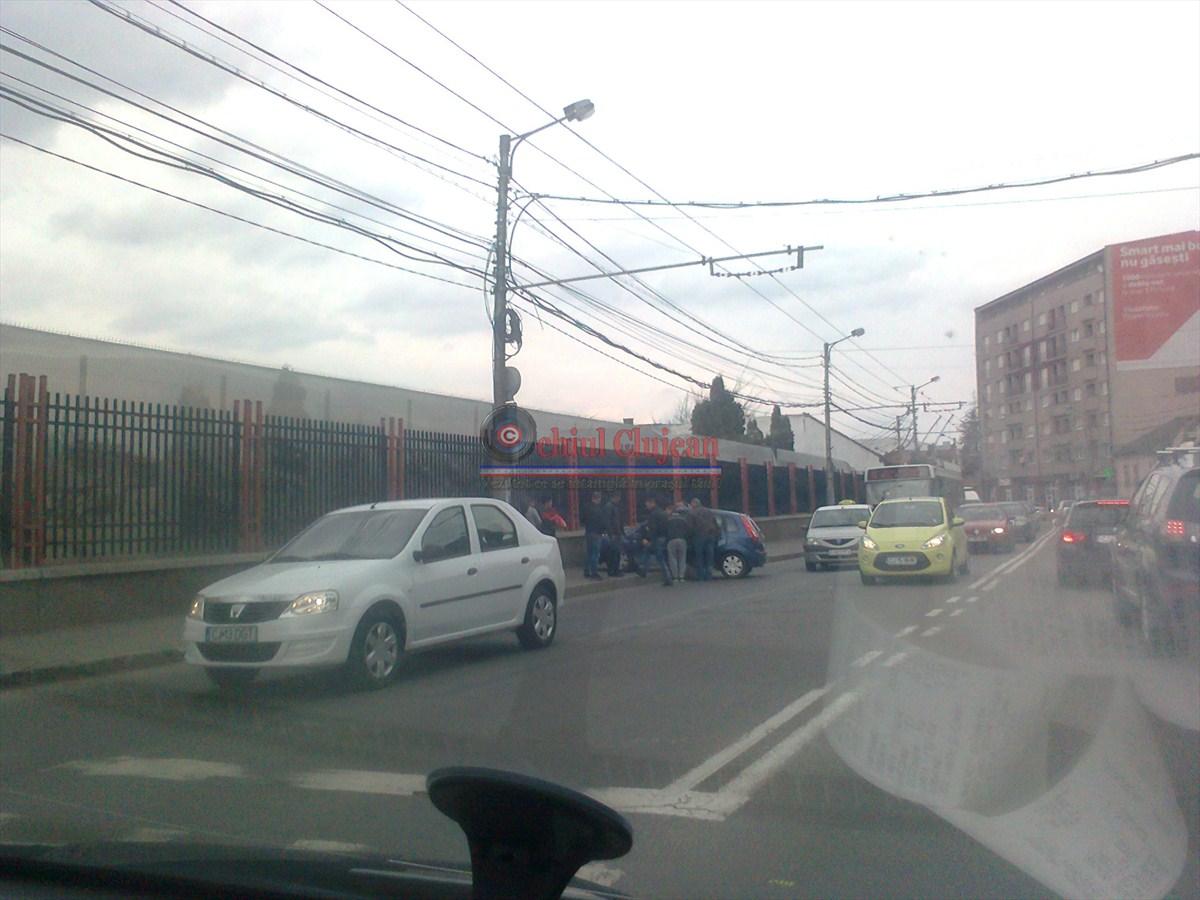 Accident pe Motilor! Doua autoturisme s-au ciocnit in zona Agronomiei FOTO