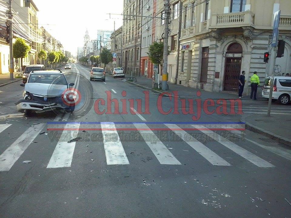 Accident pe Calea Motilor la intersectie cu Mihai Eminescu! Impact intre doua autoturisme. Un sofer a trecut pe rosu FOTO