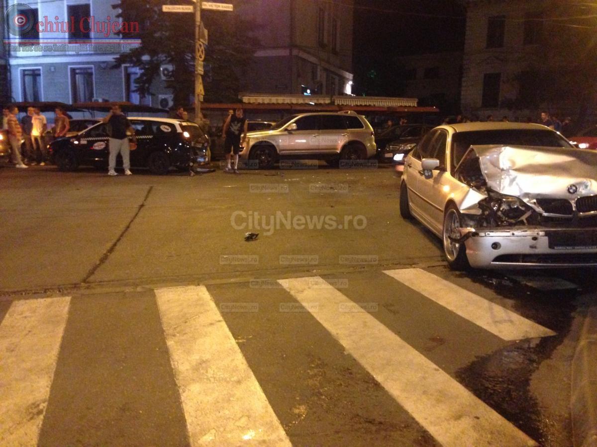 Accident in Piata Lucian Blaga! S-a izbit cu BMW-u de un taxi dupa ce a pierdut controlul volanului FOTO