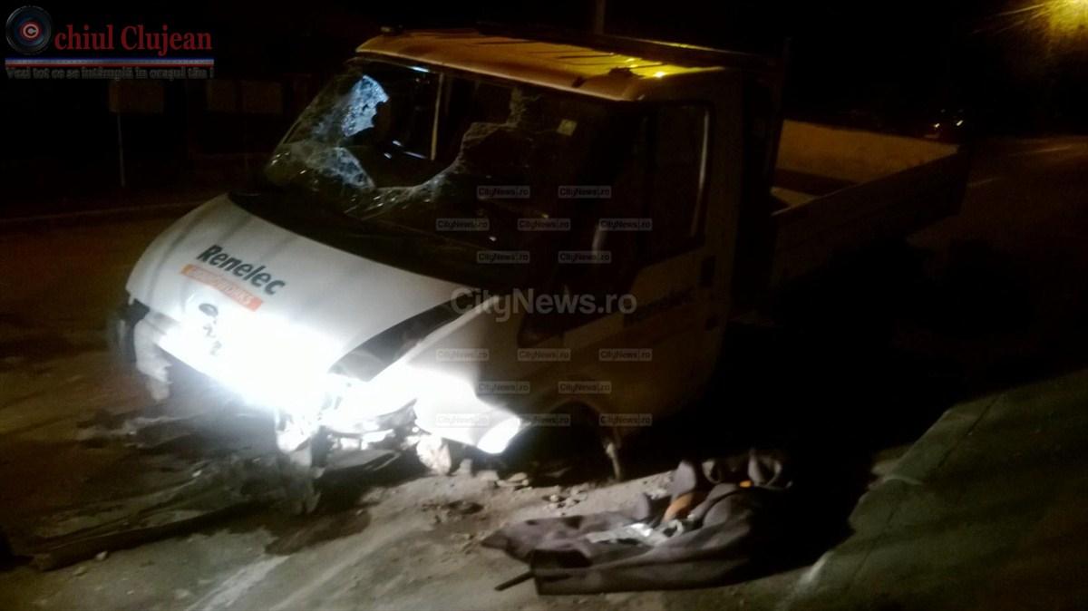 Accident GRAV pe strada Oasului! O camioneta s-a rasturnat dupa ce s-a izbit de un parapet FOTO