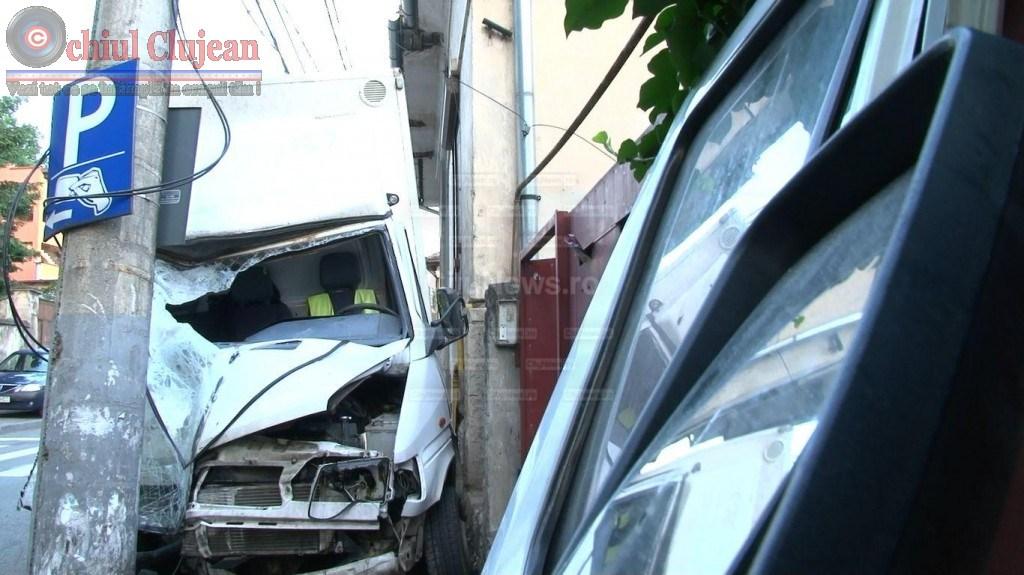 Accident pe strada Clinicilor! Soferul a ajuns in stare grava la spital dupa ce a intrat cu furgoneta intr-un stalp FOTO