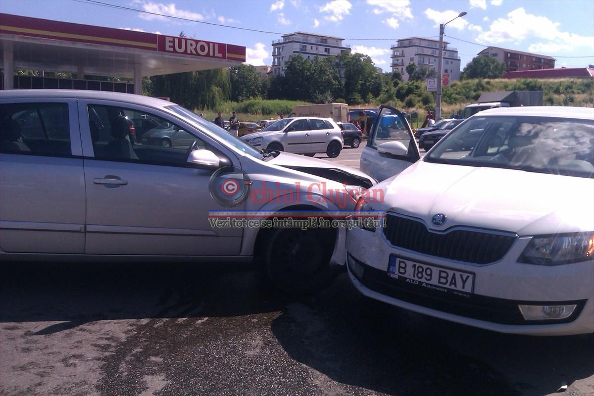 Accident pe strada Plopilor ! Un sofer a pierdut controlul volanului si a distrus doua masini parcate