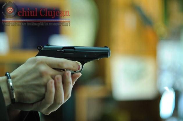 Barbat cercetat de politisti pentru detinere de arme