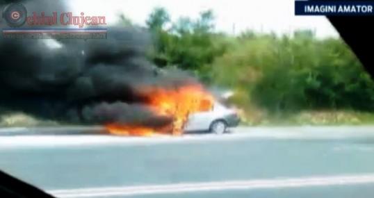 Un autoturism a luat foc in mers, intre Turda si Cluj-Napoca FOTO