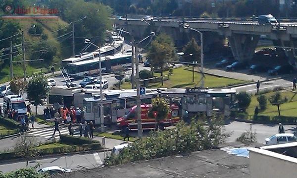 Accident la Podul Calvaria! Impact intre un tramvai si un troleibuz. Opt persoane au ajuns la UPU Cluj FOTO