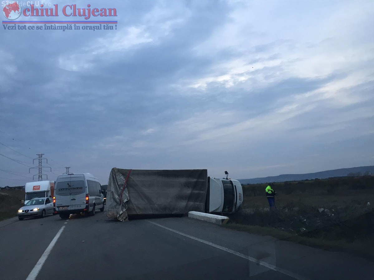 Accident pe centura Apahida! Camion rasturnat din cauza unui sofer neatent FOTO