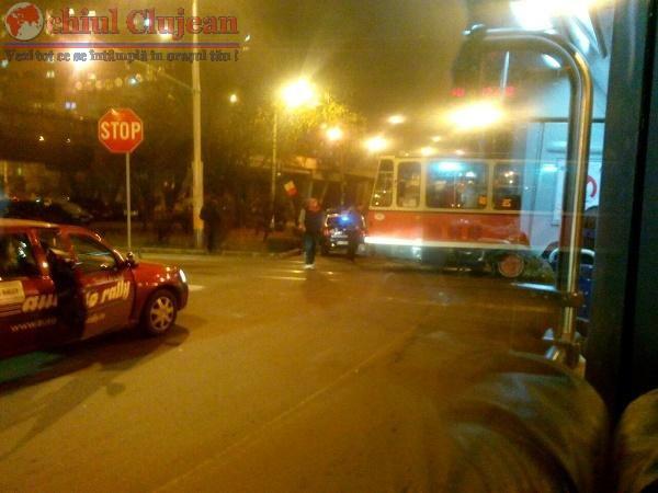 Accident in Manastur! Taximetrist lovit de tramvai la Podul Calvaria FOTO