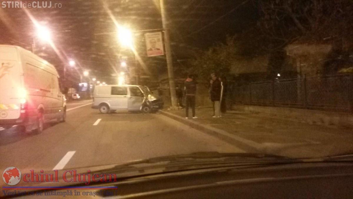 Accident pe strada Traian Vuia! O soferita a intrat cu duba intr-un stalp FOTO