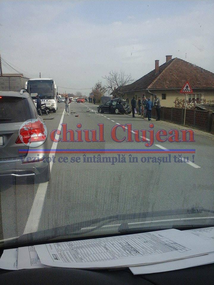 Accident la Livada! Impact violent intre un autocar si un autoturism FOTO