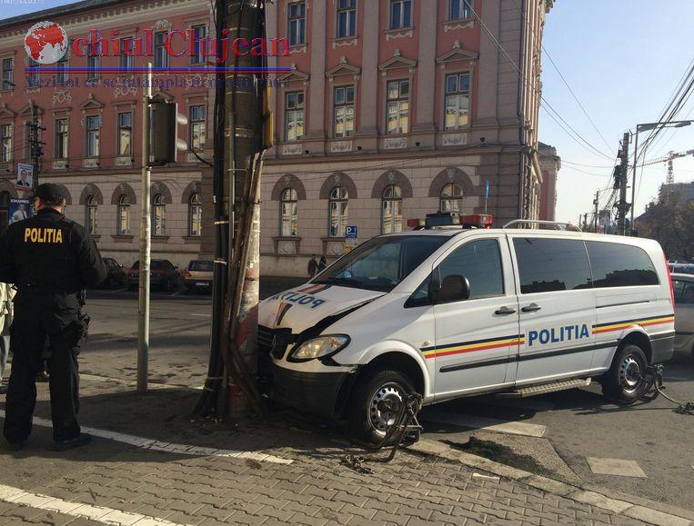 Accident pe Dorobantilor! O autospeciala a Politiei a fost proiectata intr-un stalp FOTO