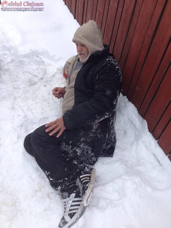 Om al strazii abandonat de ambulanta in zapada pe o strada din Cluj FOTO