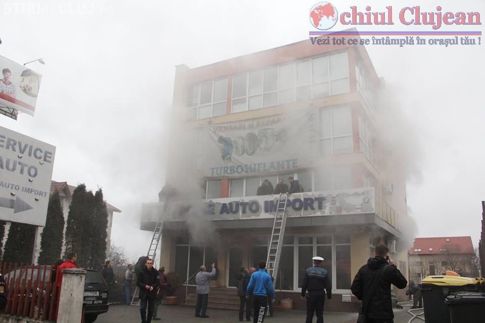 Incendiu la un service auto pe strada Calea Turzii. UPDATE Au fost evacuate birourile unei firme IT FOTO