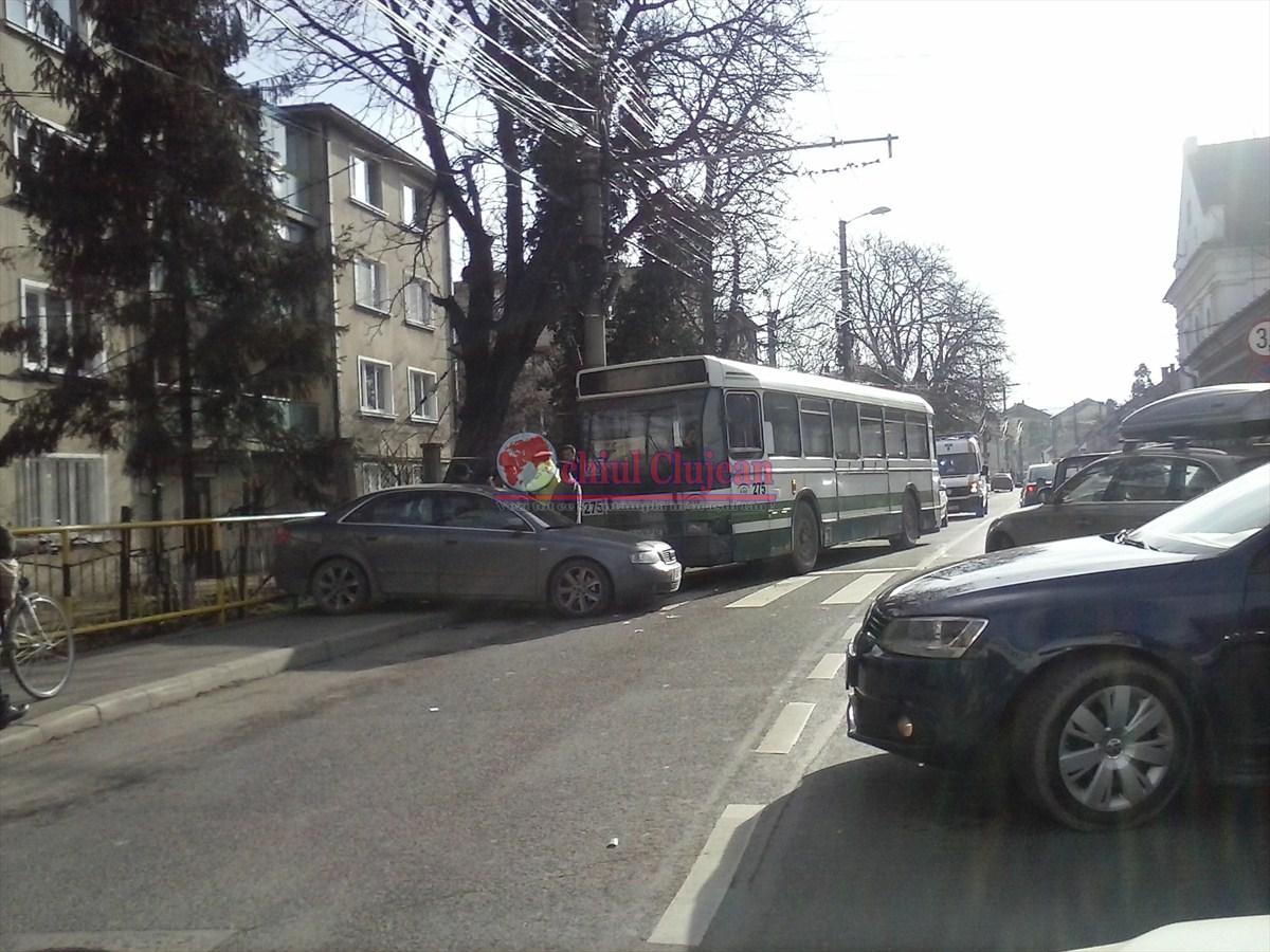 Accident intre un autobuz si un autoturism pe strada Paris FOTO