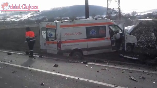 Accident mortal la intrare in Gilau! Impact violent intre o ambulanta si un logan. O persoana a decedat VIDEO