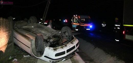 Autoturism cu doua persoane s-a rasturnat la iesire din Coplean. A rupt un stalp electric si a distrus un gard din beton VIDEO