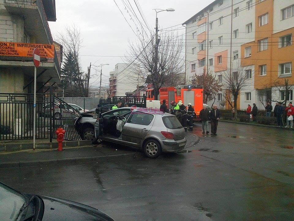 Accident cu doua masini in Marasti! Un sofer a ajuns cu masina in gardul unui imobil FOTO