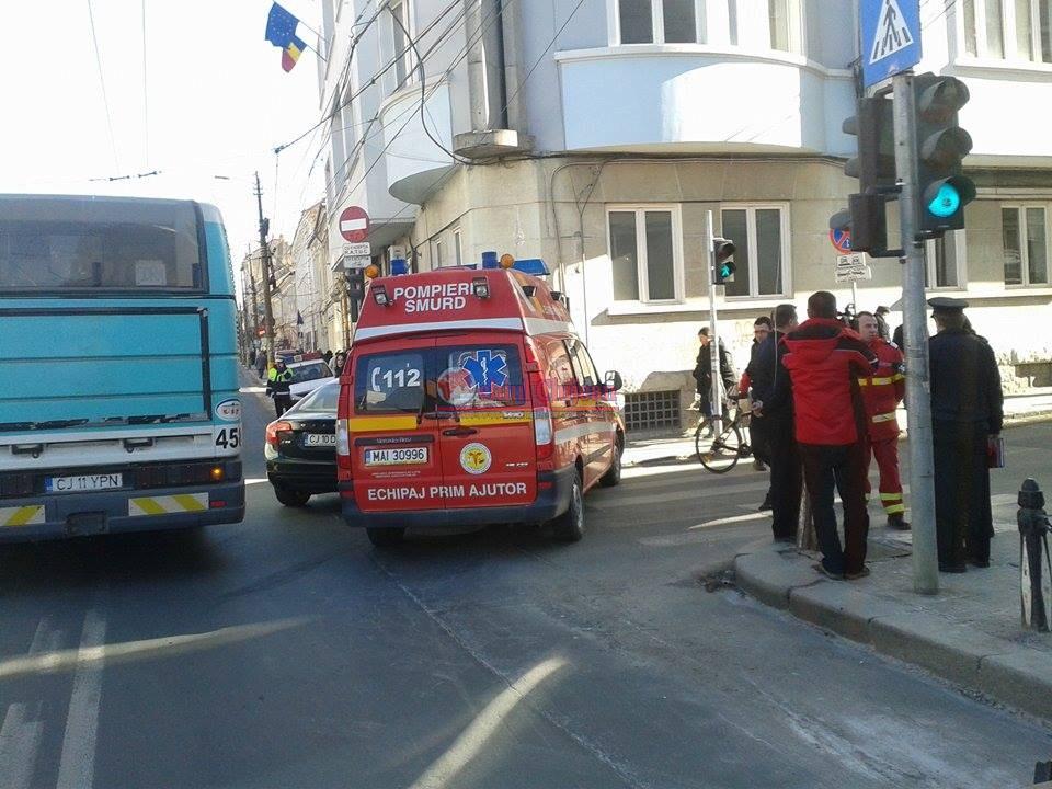 Accident intre o ambulanta SMURD si un autoturism pe strada Memorandumului FOTO