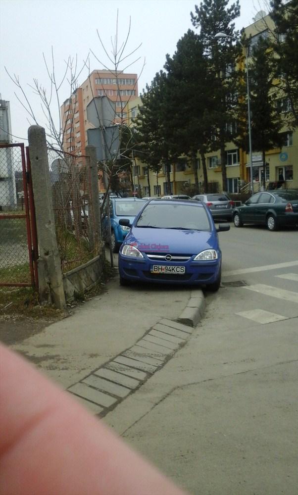 """Clujean: """"Trotuarele de pe strada Grigore Alexandrescu sunt pline de masini. Pietonii pe unde mai circula?"""" FOTO"""