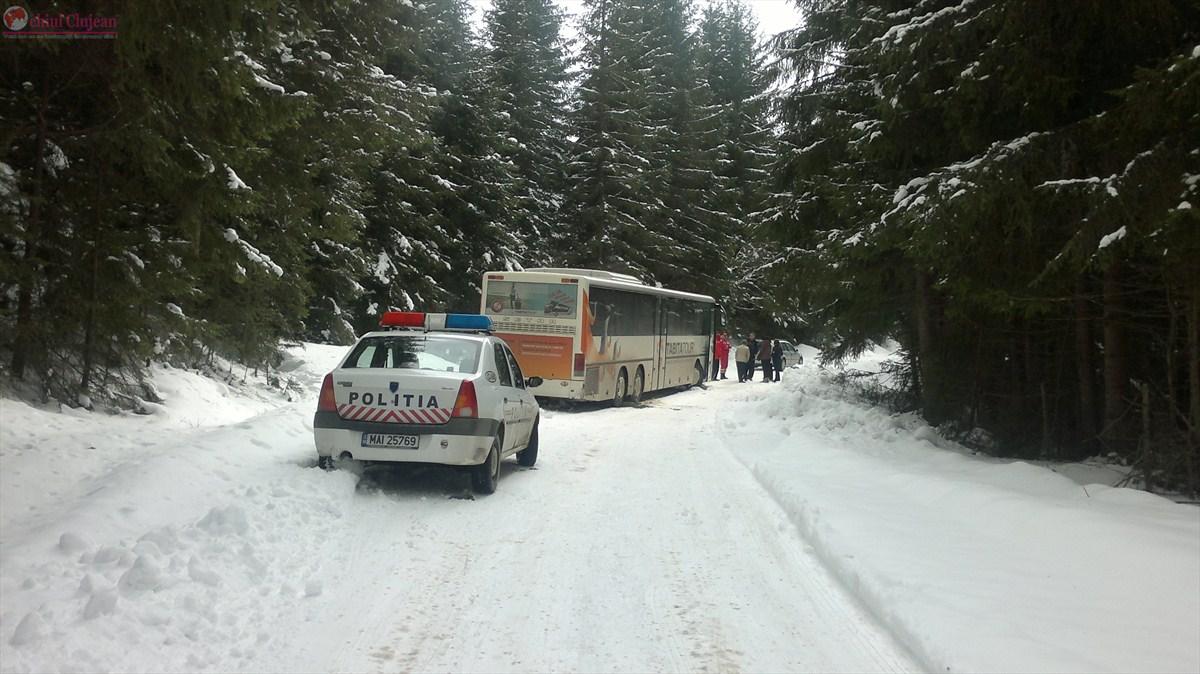 Autocar cu 61 de elevi ramas blocat in zapada in Belis FOTO