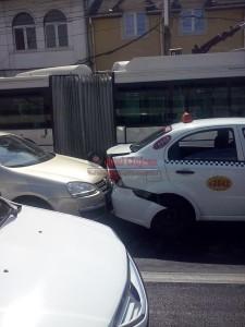 Accdent pe Bulevardul 21 Decembrie. O femeie a ajuns la spital din cauza unui sofer neatent