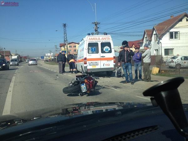 Motociclist lovit de masina la Cluj. Un sofer neatent l-a proiectat intr-o ambulanta FOTO