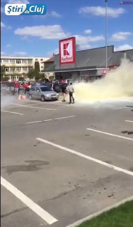 Incendiu in Marasti! Autoturism cuprins de flacari in parcare la Kaufland FOTO