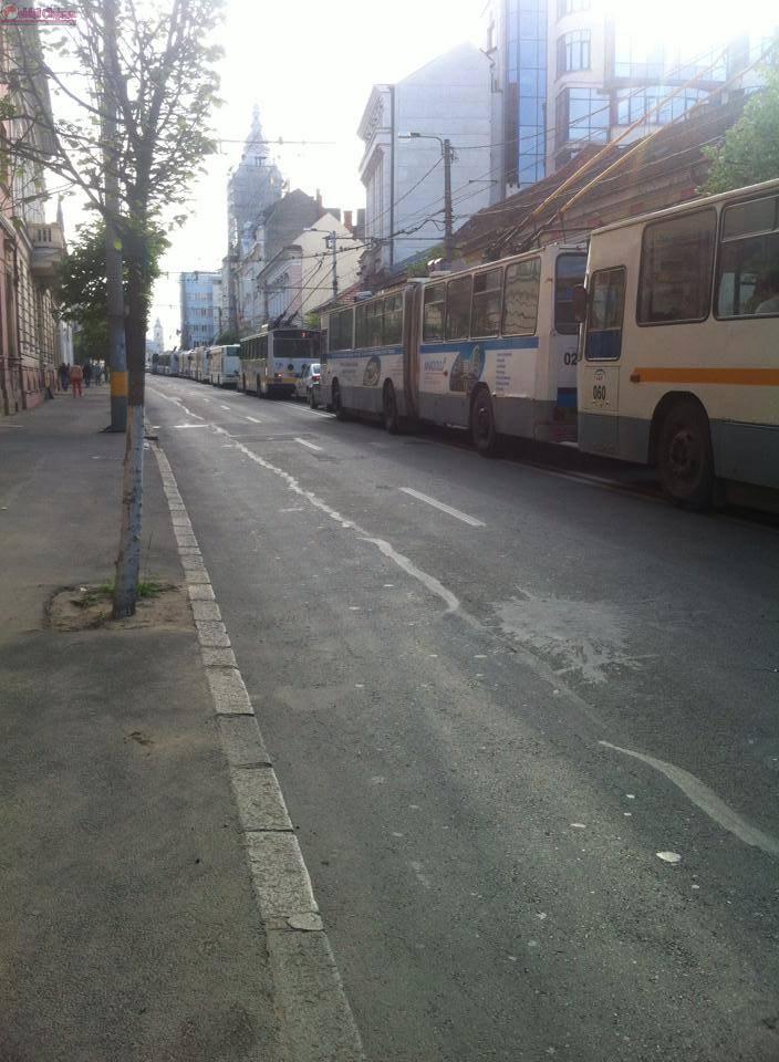 """""""Dorel"""" a tăiat cablul subteran care alimentează strada Oașului. Transportul în comun a fost dat peste cap FOTO"""