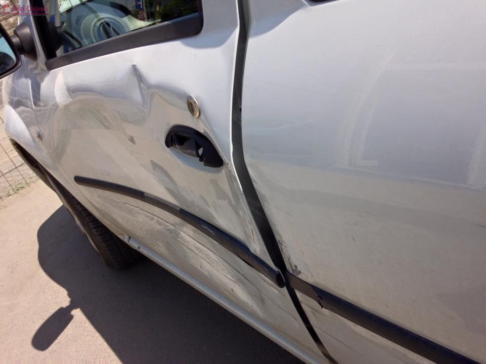 Accident cu două mașini de Poliție în centrul Clujului! Au lovit alte trei autoturisme parcate FOTO