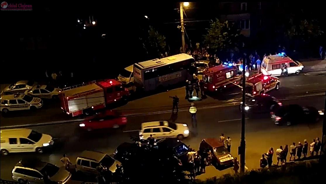 Accident grav în Maraști! Impact violent între un microbuz și două mașini VIDEO